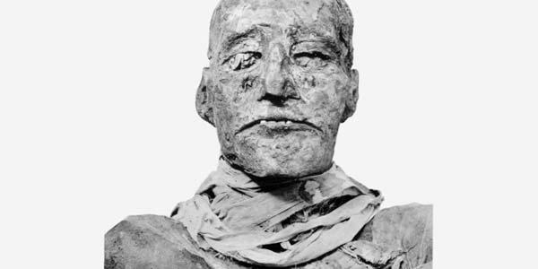 Dat zo lang verborgen kon blijven dat Ramses III werd vermoord, komt doordat zijn nek bedekt is met doeken. De steekwond is daardoor niet te zien en alleen met moderne technieken bloot te leggen. Afbeelding: G. Elliot Smith (via Wikimedia Commons).