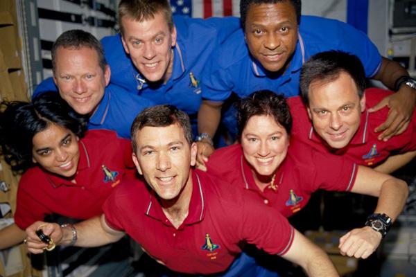 De zeven astronauten die tijdens de ramp met Columbia de dood vinden. Boven, v.l.n.r.: Dave Brown, Willie McCool, Michael Anderson. Onder, v.l.n.r.: Kalpana Chawla, Rick Husband, Laurel Clark en Ilan Ramon. Foto: NASA.