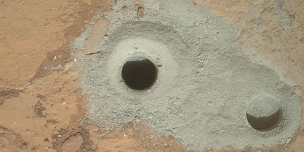 Links het gat dat Curiosity boorde om het monster te verzamelen. Het gat rechts boorde Curiosity eerder, tijdens het testen van de boor. Foto: NASA / JPL-Caltech / MSSS.