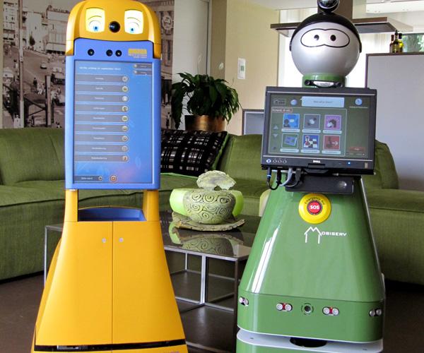 CompanionAble poseert samen met een ander onderzoeksproject van Smart Homes - Mobiserv - in de slimme woning. Foto: Smart Homes.