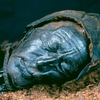 Het lijkt wel alsof de man slaapt. Foto: Tollundman.dk.