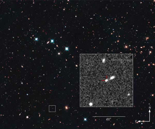 Het stukje ruimte waarin de supernova werd aangetroffen. Inzet: het sterrenstelsel waar de supernova deel van uitmaakt. Afbeelding: NASA / ESA / Z. Levay (STScI).