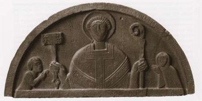 Het timpaan met in het midden de paus en aan weerszijden de Hollandse graaf en gravin die hem eer bewijzen.