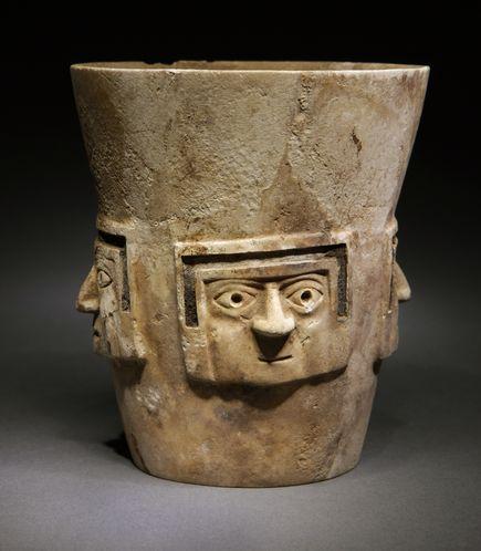 Een beker van albast. Ook deze beker werd gevonden door de archeologen.