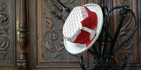 Er was eens een man die zijn vrouw voor een hoed aanzag. Foto: Denis-Carl Robidoux.
