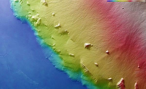 Op deze topografische kaart is het hoogteverschil tussen de rand van de vulkaan en de omringende vlakte heel goed te zien. Die overgang is ook heel abrupt, zo getuigen de kleuren. Afbeelding: ESA / DLR / FU Berlin (G. Neukum).