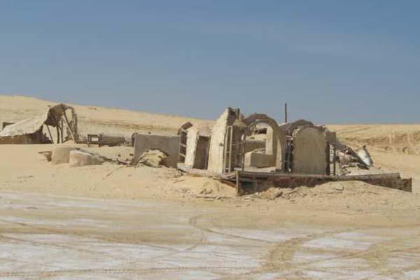 Wat over is gebleven van Repro Haddada. Door het gewicht van het zand zijn de daken ingestort. Afbeelding: afkomstig uit het paper 'Dunes on planet Tatooine : Observation of Barchan Migration at the Star Wars film set in Tunisia'.