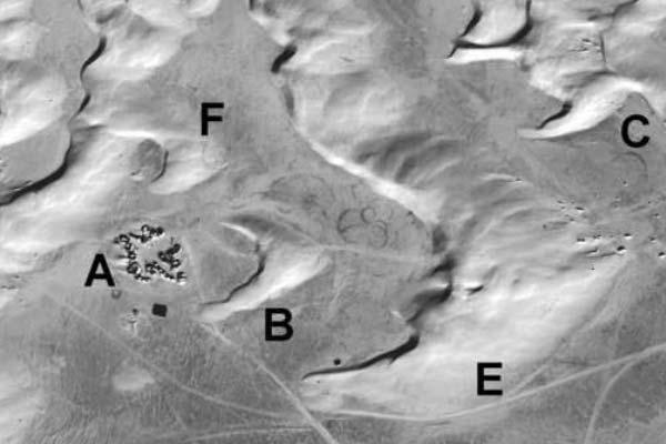 Op deze afbeelding ziet u de zandduin die Mos Espa op korte termijn bedreigt (B), maar ook de grote zandduin die over zo'n tachtig jaar bij de stad arriveert (E). Afbeelding: