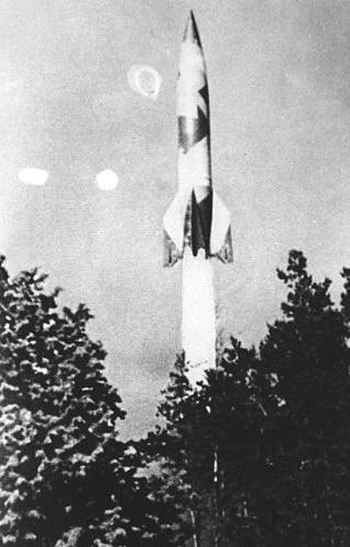 De lancering van een V2, nabij Den Haag. Afbeelding:  Bundesarchiv.