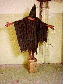 Eén van de gevangene die werd onderworpen aan folteringen in Abu Ghraib. Foto: Wikimedia Commons