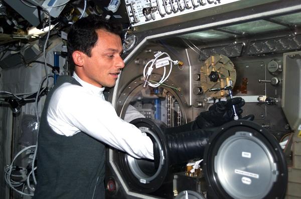 ESA-astronaut Pedro Duque werkt op het internationale ruimtestation met de Microgravity Science Glovebox aan een experiment.  Foto: ESA–P. Duque
