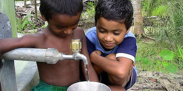 foto van twee kinderen bij een waterkraan