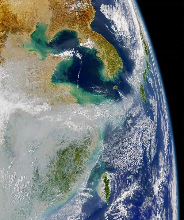 Satellietfoto toont  vervuilde wolken boven Azië.. Bron: NASA JPL.