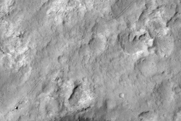 Op deze foto zien we ook Curiosity zelf (linksonder). Afbeelding: NASA / JPL-Caltech / Univ. of Arizona.