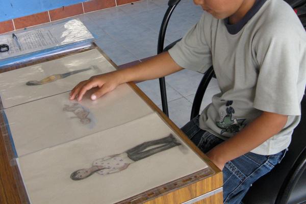 Kind bekijkt de tekeningen. Foto: Boston University/Natalie Emmons