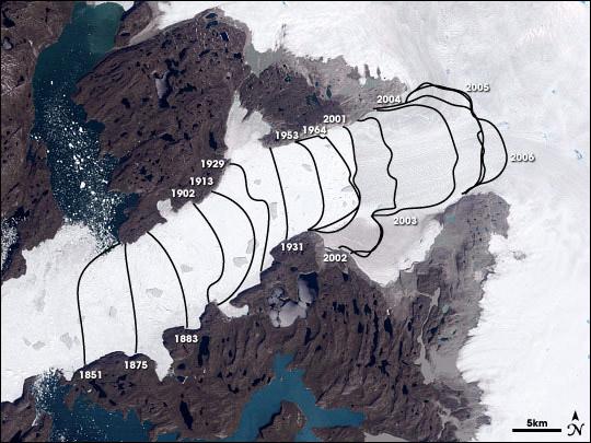 De Jakobshavn-gletsjer trekt zich terug. Deze afbeelding (uit 2006) laat dat goed zien. Afbeelding: NASA.