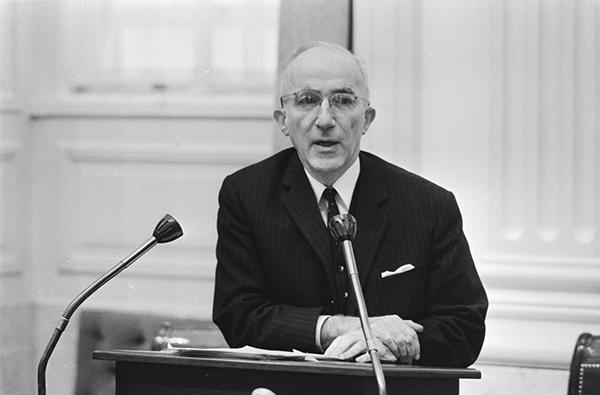 Minister Carel Polak zorgde ervoor dat de echtscheidingswet uiteindelijk werd gemoderniseerd in 1971. De nieuwe wet zorgde voor een verdubbeling van het aantal echtscheidingen. / Foto gemaakt door Verhoeff, Bert / Anefo.