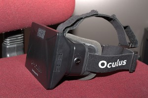 De Oculus Rift bril. De eindversie die volgend jaar verschijnt moet de ervaring nog echter maken. / Foto gemaakt door Evelien de Roode.