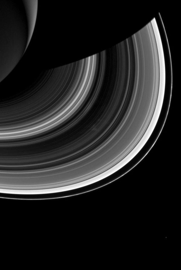 Onderin ziet u Mimas. Afbeelding: NASA / JPL-Caltech / Space Science Institute.