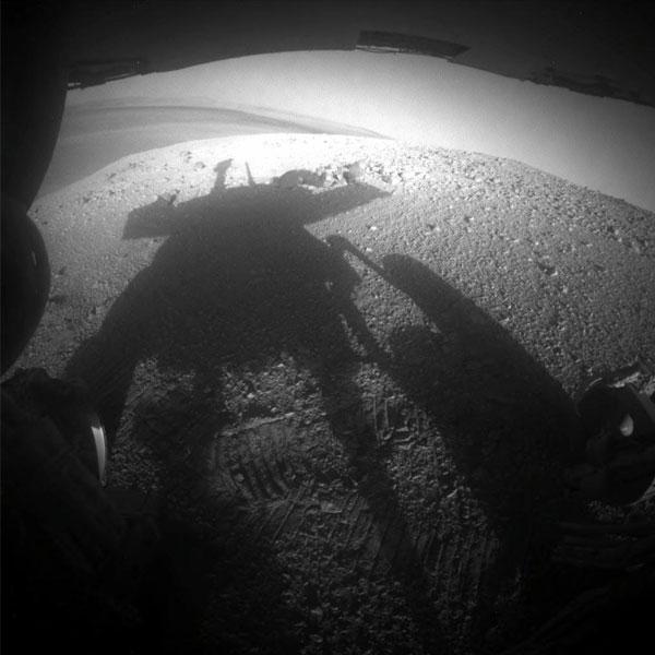 Op deze foto zien we de schaduw van Opportunity. De Marsrover maakte deze foto zelf, op 20 maart. Net voorbij de schaduw kunt u een blik werpen in de 22 kilometer brede Endeavour-krater.