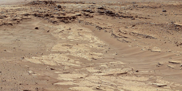 Verschillende laagjes zandsteen die lang niet allemaal even goed bestand zijn tegen erosie. De foto is gemaakt door Curiosity. Afbeelding: NASA / JPL-Caltech / MSSS.