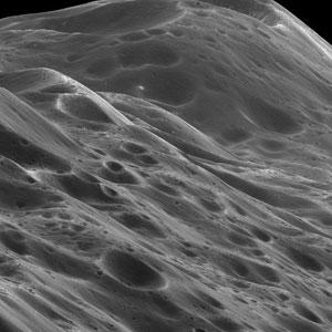 Tien meter hoge bergen op Iapetus. Afbeelding: NASA / JPL / Space Science Institute.