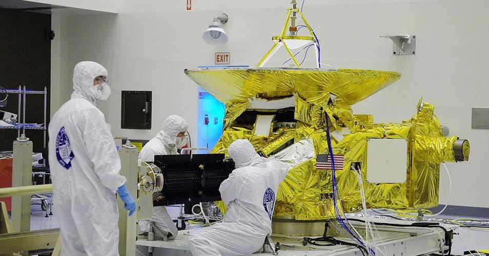 Onderzoekers 'knutselen' aan New Horizons. Afbeelding: NASA.