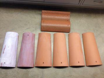 Links twee dakpannen met een titaandioxidecoating. De vier dakpannen rechts hebben geen coating. De liggende dakpan bovenaan is een dakpan met een titaandioxidecoating, die op dit moment al te koop is.