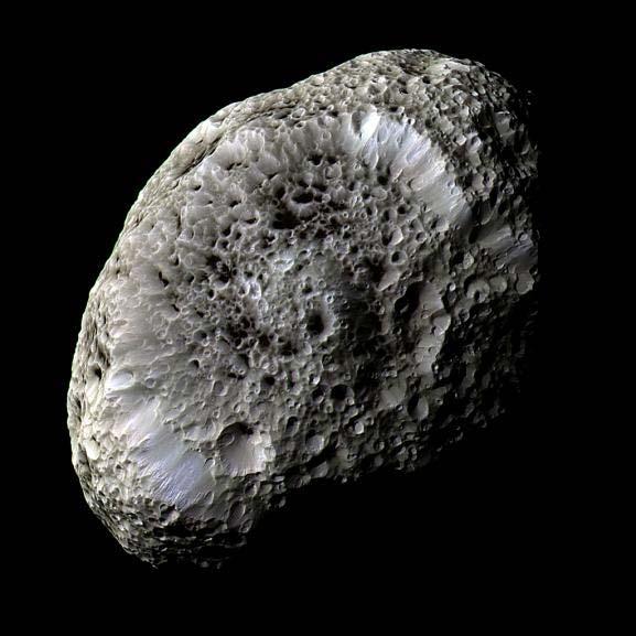 Deze fantastische foto laat het oppervlak van Saturnus' maan Hyperion zien. Dat de maan er zo vreemd uitziet, is volgens onderzoekers te danken aan het feit dat deze een ongebruikelijk kleine dichtheid heeft. Hierdoor is de zwaartekracht aan het oppervlak beperkt en is de maan zeer poreus. Afbeelding: NASA / JPL / SSI.
