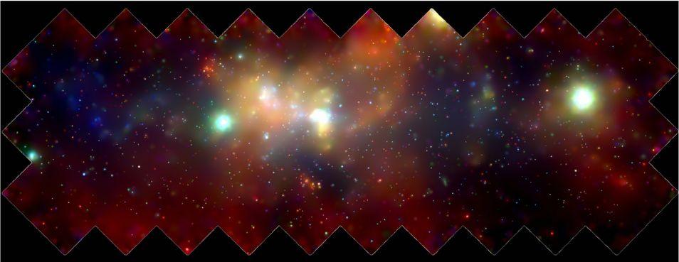 Op dit mozaiek van meerdere Chandra-foto's is het centrum van de Melkweg te zien. In werkelijkheid is het gebied op de foto 400 bij 900 lichtjaren groot. Honderden witte dwergen, neutronensterren en zwarte gaten draaien om het supermassieve zwarte gat in het centrum. Het supermassieve zwarte gat bevindt zich in de witte heldere vlek in het midden van de foto.