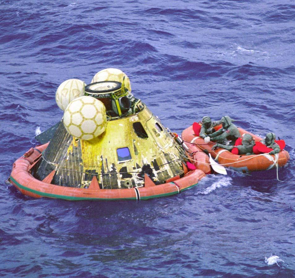 De Apollo 11-missie eindigt met een plons. Afbeelding: NASA.