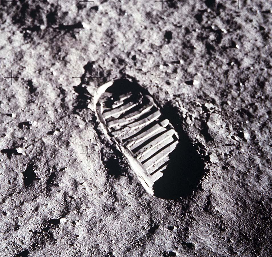 Een heel bekende foto. Maar weet jij eigenlijk wiens voetafdruk we hier zien? Afbeelding: NASA.