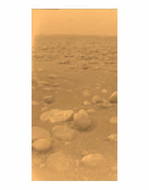 De eerste kleurenfoto van het oppervlak van Titan. De foto is gemaakt door Huygens: de hulpsonde van Cassini die in de atmosfeer van Titan neerdaalde. Foto: ESA / NASA / JPL / University of Arizona.