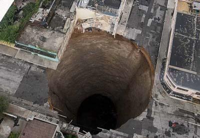 Ook in steden kunnen plotseling gaten ontstaan, zoals hier in Guatemala.  Dit gat is maar liefst 20 meter breed en 30 meter diep.