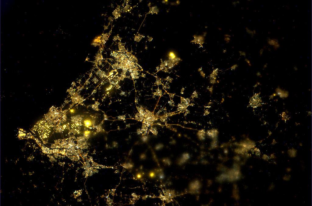 Midden-Nederland in de kijker. Utrecht vormt het hart. Ook zijn de landingsbanen van Schiphol onder Amsterdam zichtbaar.
