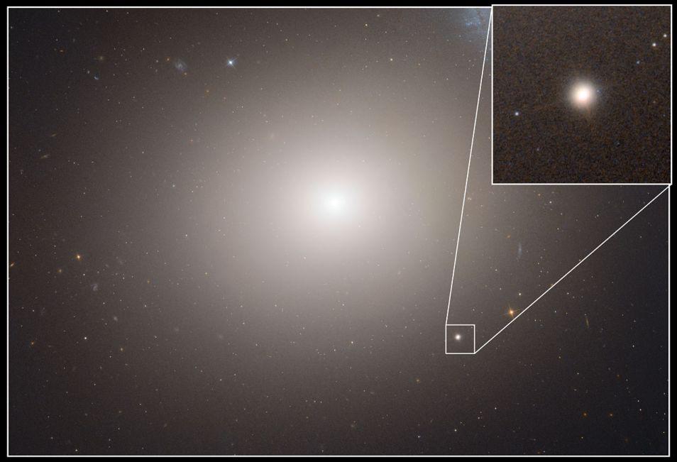 Het grote elliptische sterrenstelsel M60 met het ultracompacte dwergstelsel M60-UDC1. Wetenschappers verwachten dat deze twee objecten ooit gaan samenvoegen.