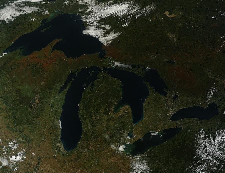 Rondom de vijf Grote Meren verkleuren de blaadjes van bomen in een razendsnel tempo.  Deze foto is gemaakt op 26 september door NASA's Terra-satelliet.