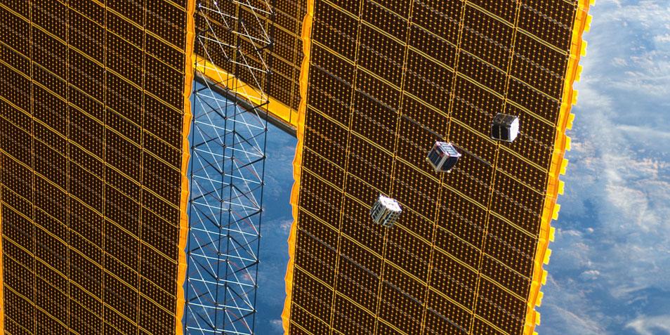 Een fantastische foto waarop te zien is hoe CubeSats het internationale ruimtestation verlaten. Afbeelding: NASA.