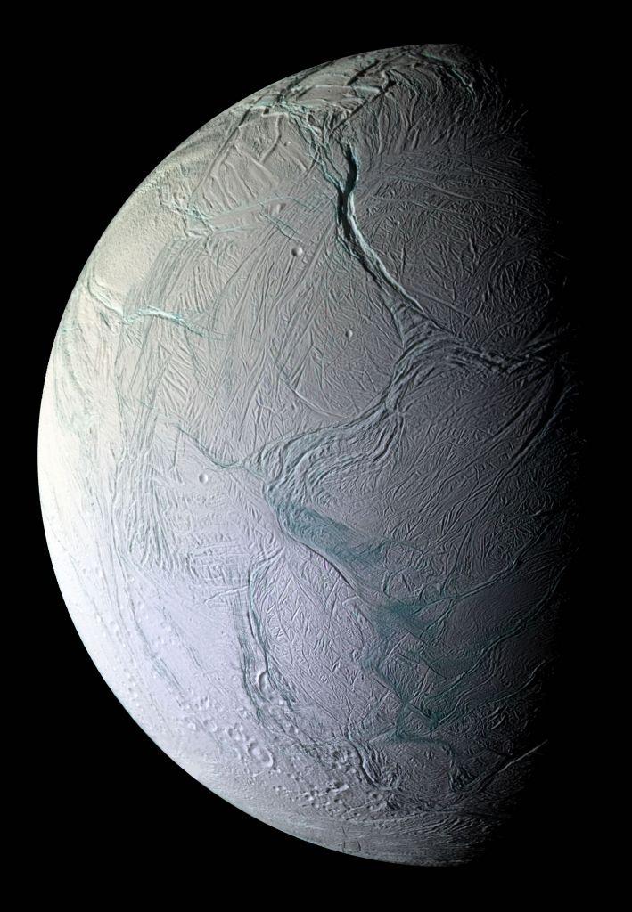 Als er een soort kosmische VVV zou bestaan, dan zouden de tijgerstrepen en diepe kraters op het bevroren oppervlak van Enceladus toeristische trekpleisters zijn.