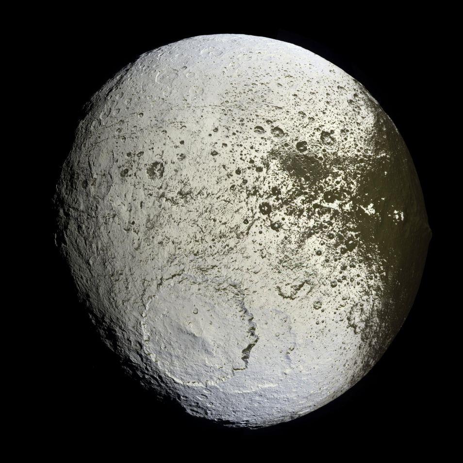 De witte kant van Iapetus. Klik op de foto voor een vergroting.