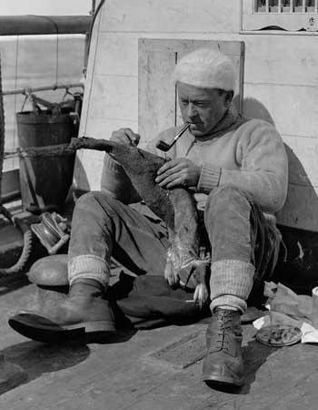 Levick in 1910, aan boord van de Terra Nova, het schip dat de mannen naar Antarctica bracht. Afbeelding: Ponting Collection.