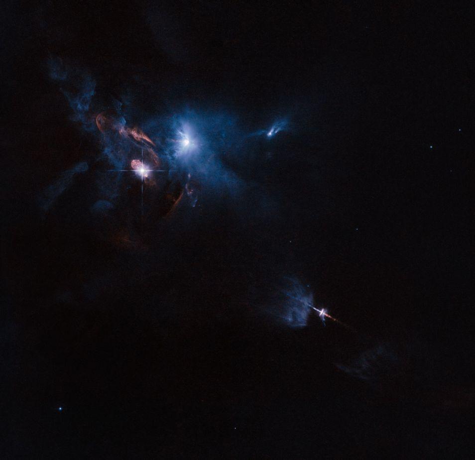 Deze foto van de omgeving rondom HL Tauri is gemaakt door de Hubble-telescoop.  HL Tauri is de meest heldere lichtbron op deze foto, net linksboven het midden.