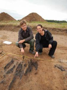 De onderzoekers dateren het verkoolde hout.
