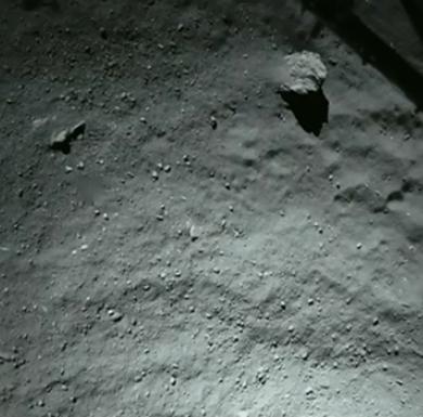 Een foto gemaakt vanaf de plek waar Philae in eerste instantie landde. Waar wij misschien vooral stof en keien zien, zien onderzoekers een schat aan informatie die ze meer kan vertellen over de komeet. Afbeelding: ESA.