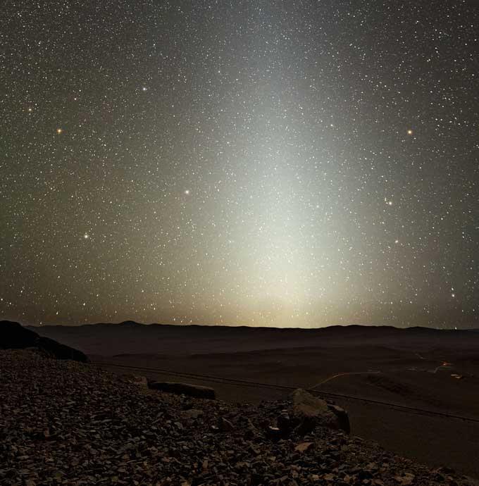 Zodiakaal licht, gezien vanuit het woestijnlandschap waar ook de Very Large Telescope zich bevindt. Afbeelding: ESO / Y. Beletsky.