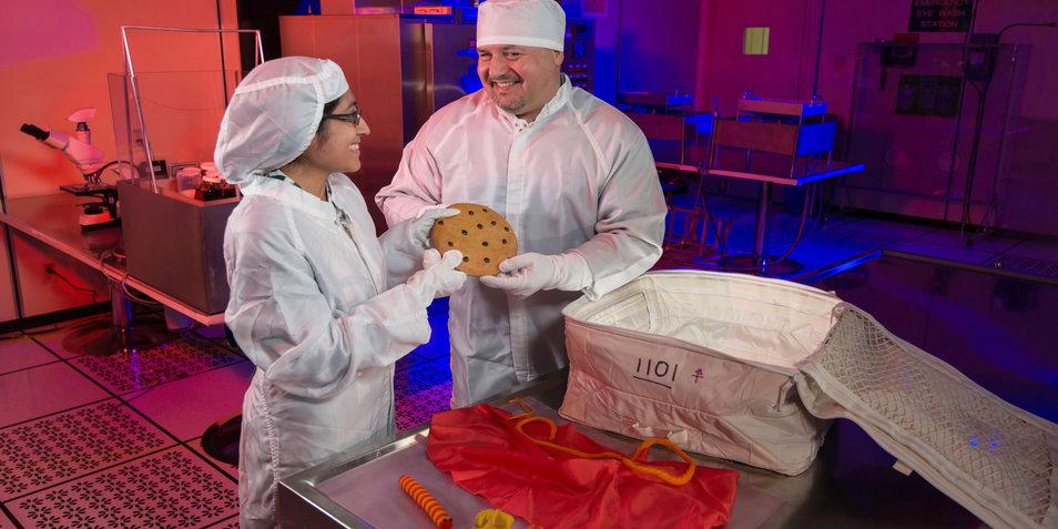 Medewerkers van NASA pakken Sesamstraatspullen in voor Orion. Afbeelding: NASA.