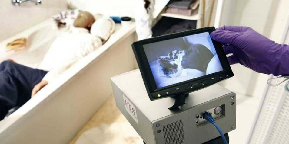 De camera in actie op een in scène gezet plaats delict. Afbeelding: FHI.