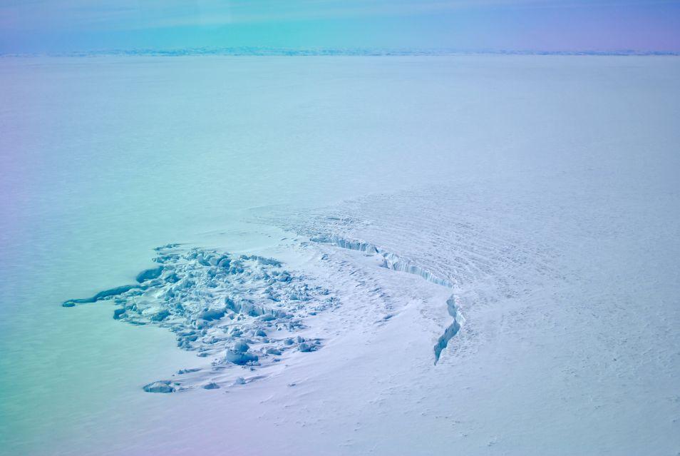 De ijskap is plaatselijk ingestort doordat het ondergrondse meer is leeggelopen.