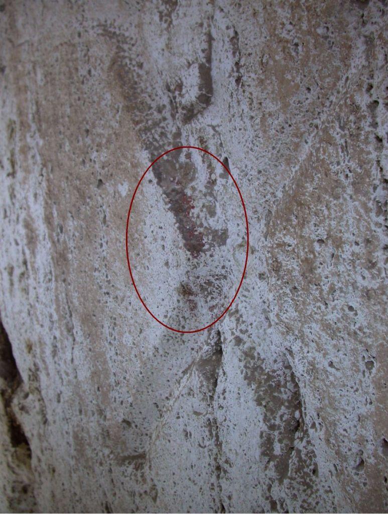 De restjes rode verf in één van de gegraveerde getallen. Afbeelding: