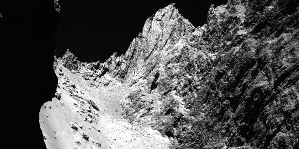 Een close-up van - opnieuw - de 'nek' van 67P/C-G. Je ziet hier goed dat de nek gekenmerkt wordt door een 'glad huidje' en omringd wordt door steile kliffen. Afbeelding: ESA / Rosetta / MPS for OSIRIS Team MPS / UPD / LAM / IAA / SSO / INTA / UPM / DASP / IDA.